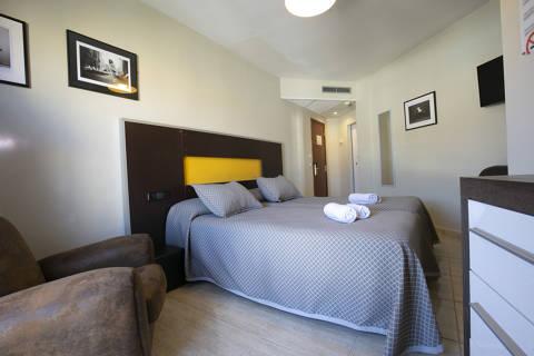 1d333-hotel-roses-room--15-.jpg