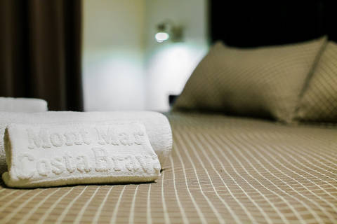 85e3d-hotel-roses-room--10-.jpg